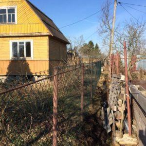 Забор из оцинкованной из рабицы