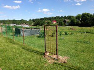 Забор из рабицы с калиткой